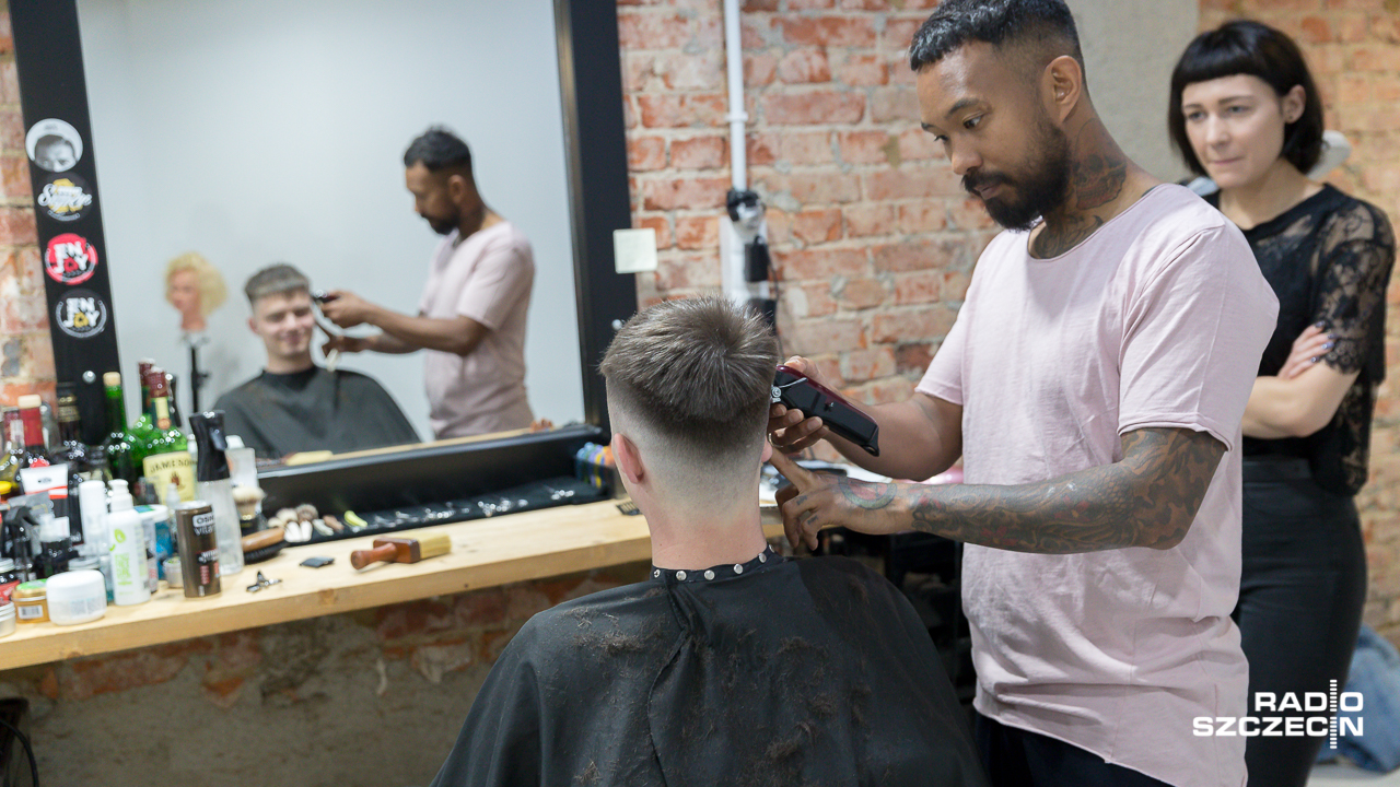 Fryzjerzy Będą Strzyc Przez Dwa Dni Chcą Pomóc Agacie Wideo